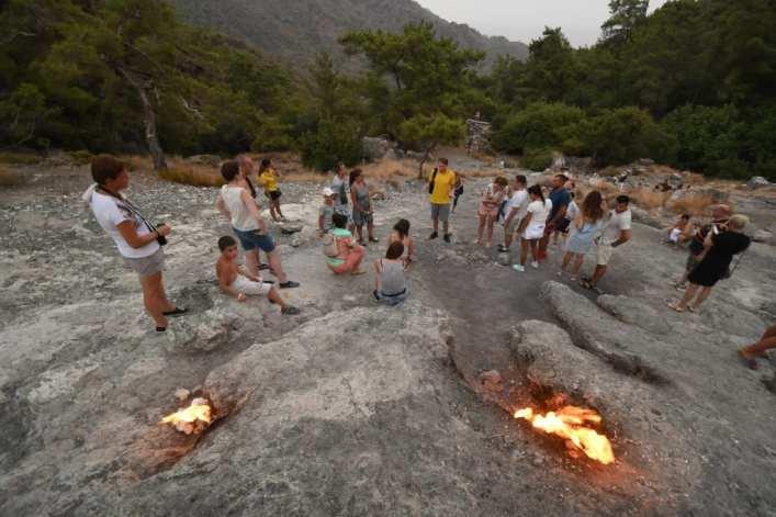Flammen züngeln aus Fels