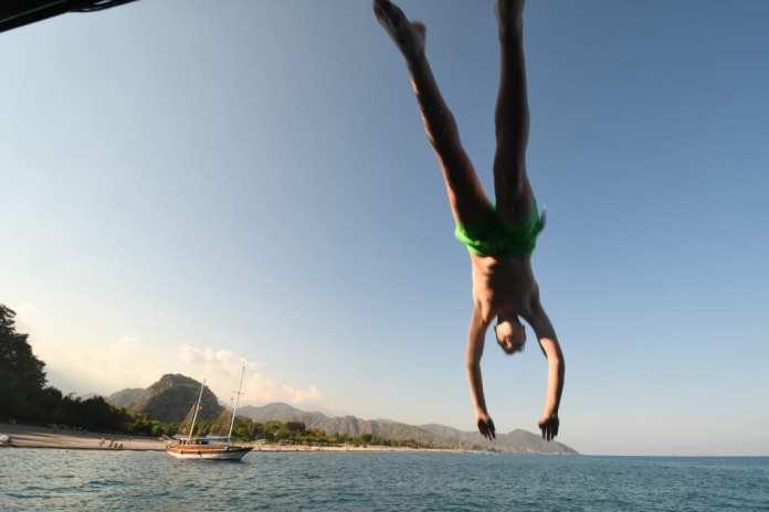 Sprung ins Wasser vom Boot an der Lykischen Küste