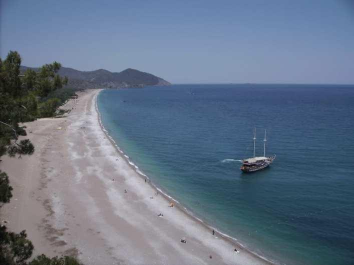 Langer leerer Strand mit Yacht