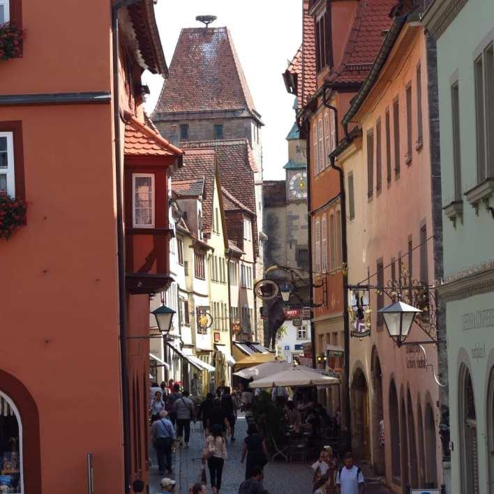 Gasse im historischen Zentrum von Rothenburg ob der Tauber