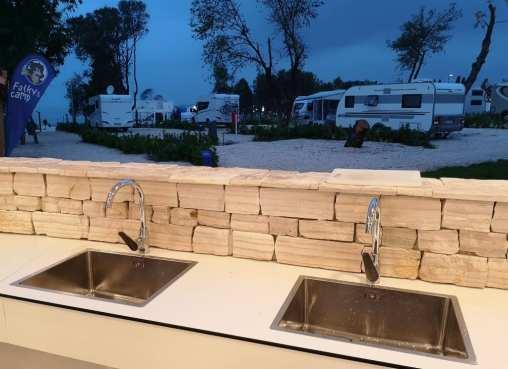 Spülbecken auf einem Campingplatz am Abend