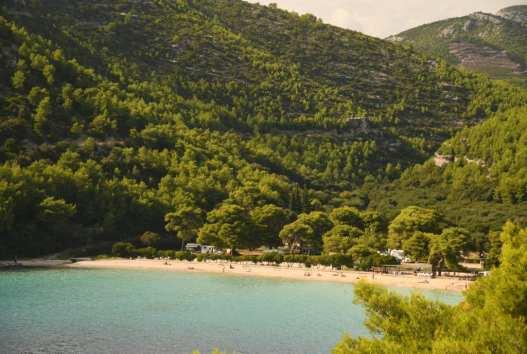 Türkisfarbene Bucht mit Sandstrand