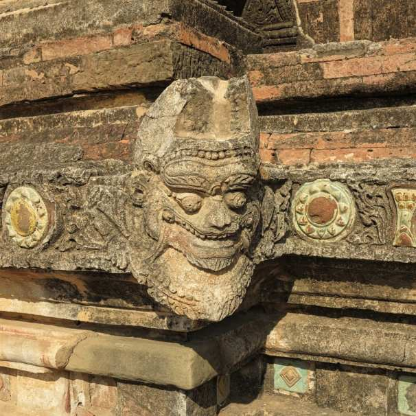 Steinmetzarbeiten in Bagan in Myanmar