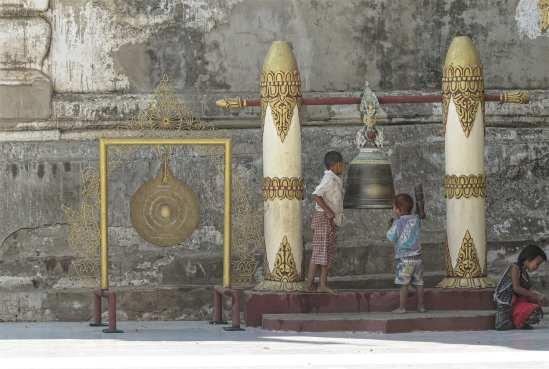 Zwei Jungen in einem Tempel mit Kultgegenständen