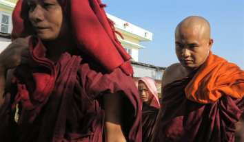 Mönche beim Goldenen Felsen in Myanmar