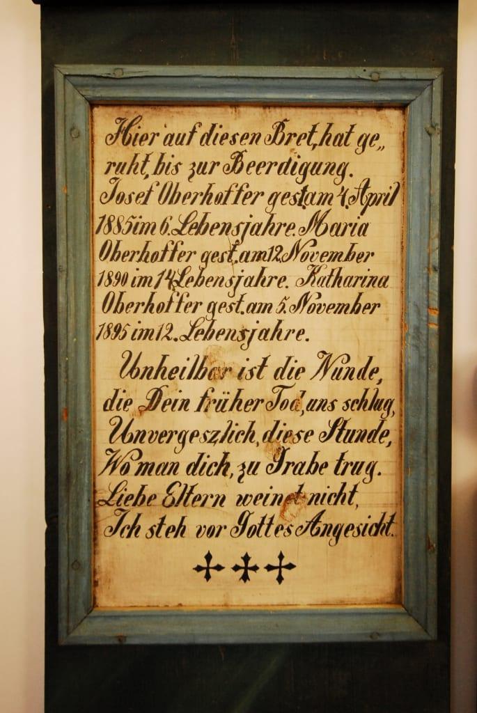 Totenbrett im Museum von Kasperske Hory in Südböhmen
