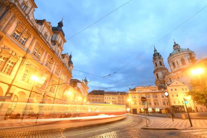 Straßenbahn auf dem Kleinseitner Ring in Prag