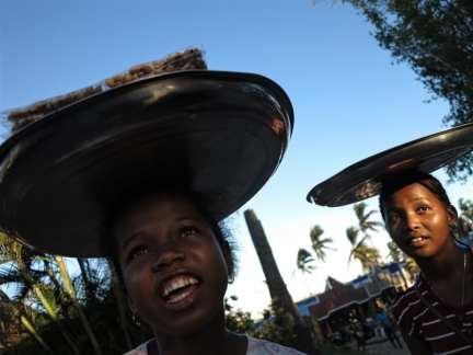 Nussverkäuferinnen in Madagaskar