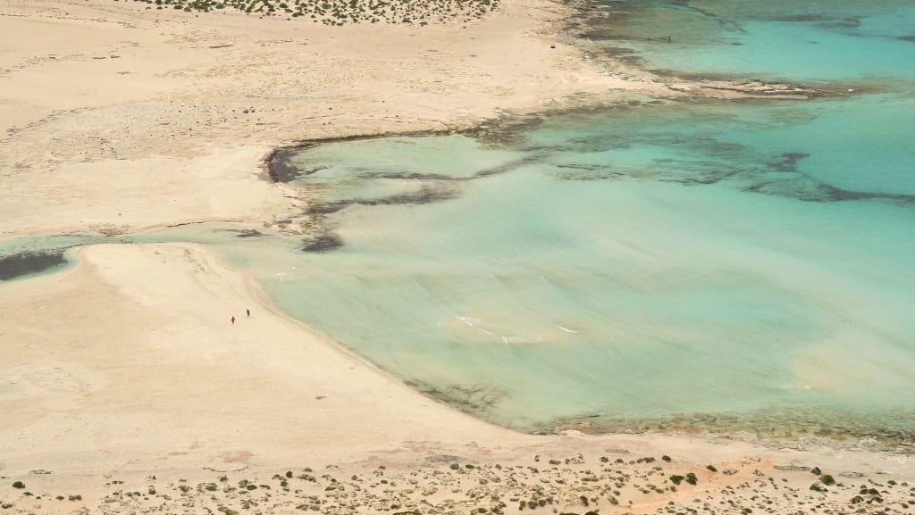 Leerer Trausmtrand mit weißem Sand und türkisfarbenem Wasser auf Kreta