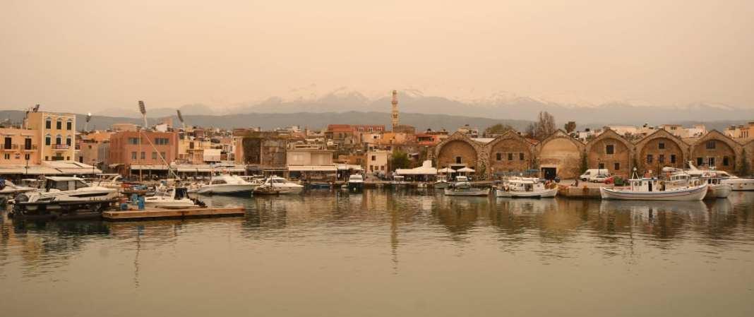Hafenstadt vor schneebedeckten Bergen auf Kreta