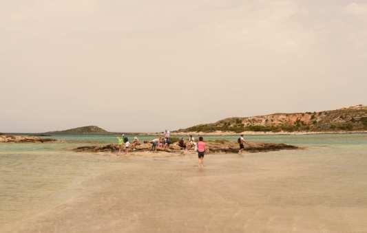 Strand mit weißem Sand und türkisfarbenem Wasser auf Kreta