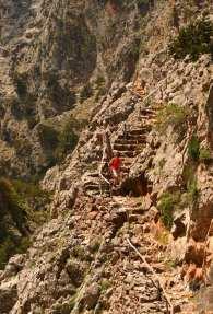 Wanderin auf einer Treppe in der Aradena-Schlucht