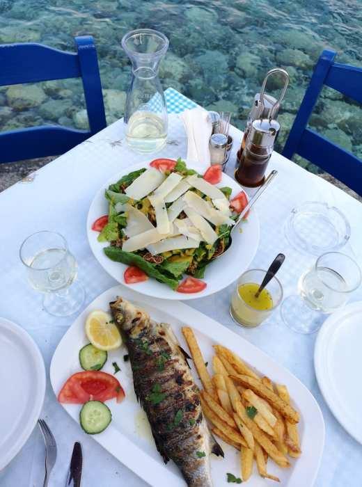 Fisch, Salat und kristallklares Wasser