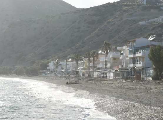 Häuser hinter einem Strand auf Kreta