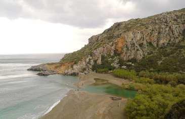 Leeres Strand auf Kreta bei schlechtem Wetter