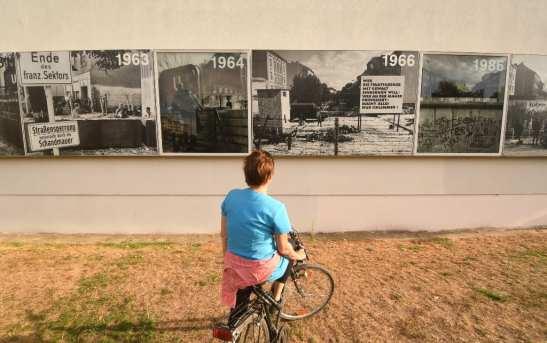 Frau auf Rad in der Gedenkstätte Berliner Mauer