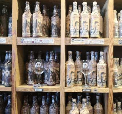 Hübsch in Papier verpackte Bierflaschen im Regal in der Rügener Insel-Brauerei