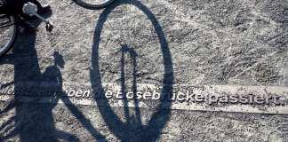 schatten eines Fahrrads auf Berliner Mauerradweg