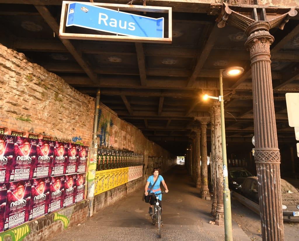 Radfahrerin im Gleimtunnel in Berlin