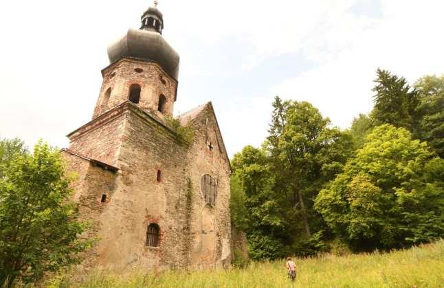 Ruinöse Kirche am Waldrand in Tschechien