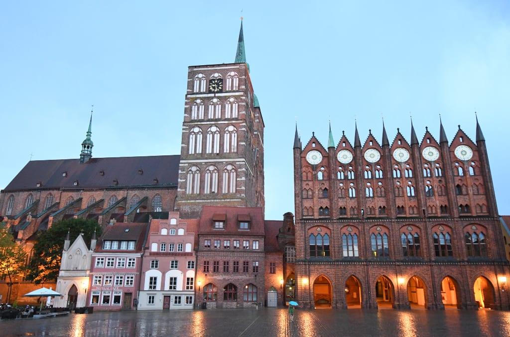 Marktplatz mit schönen historischen Backsteinbauten