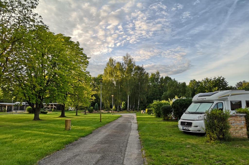 Wohnmobil auf einer grünen Wiese