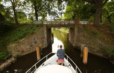 Mann auf Boot in einem Kanal