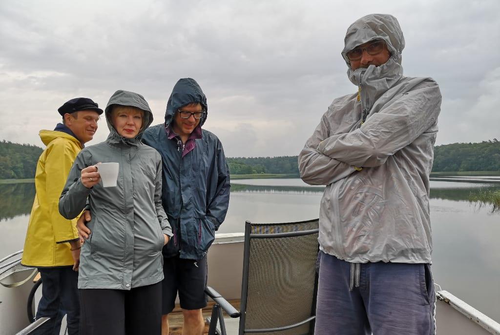 Menschen mit Regenkleidung auf einem Boot