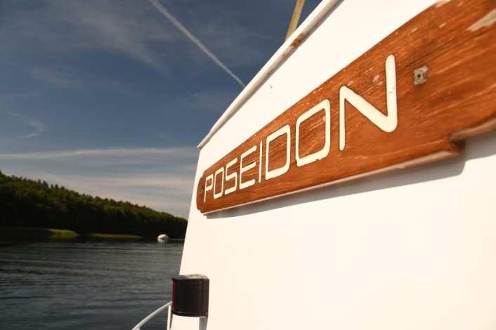 Schiff Poseidon in Gewässer