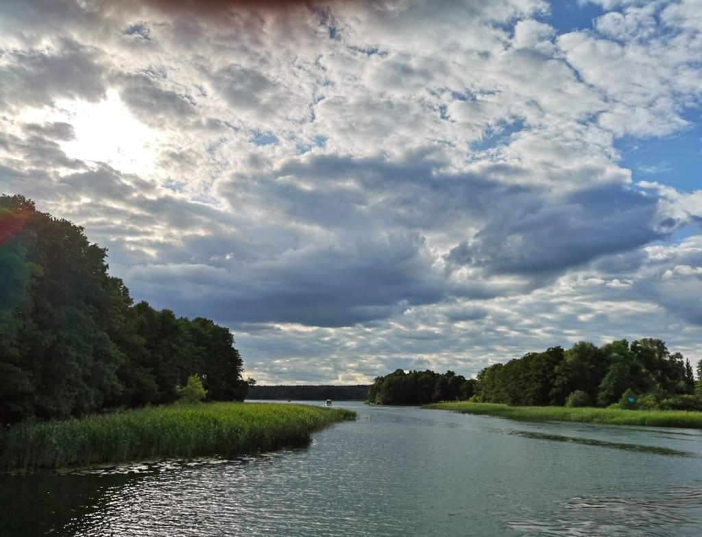 Einsamer See mit schönem Himmel