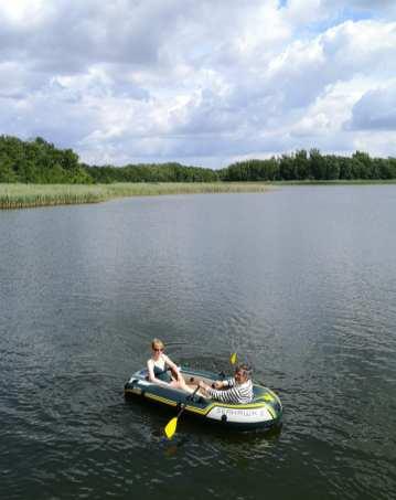 Paar sitzt in einem Schlauchboot in einem See