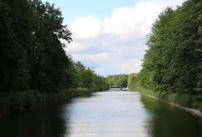 Kanal mit Natur rechts und links