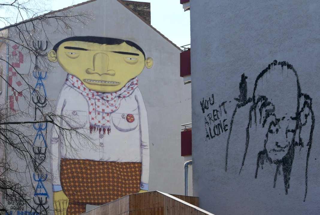 Gemälde eines Mannes mit gelbem Gesicht an einer Häuserwand