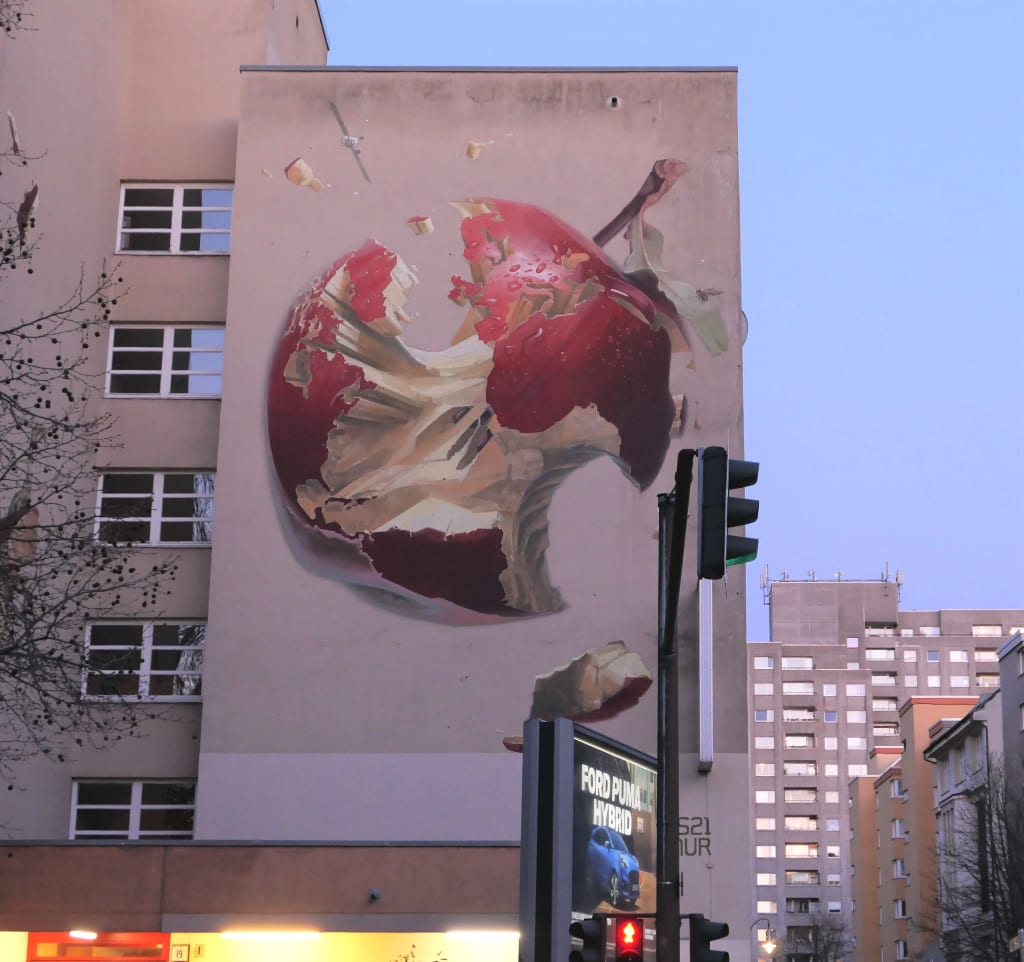 Angebissener Apfel an einer Wand als Mural