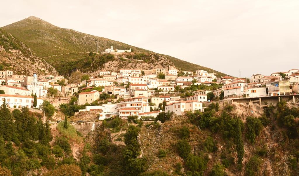 Dorf an einem Hang