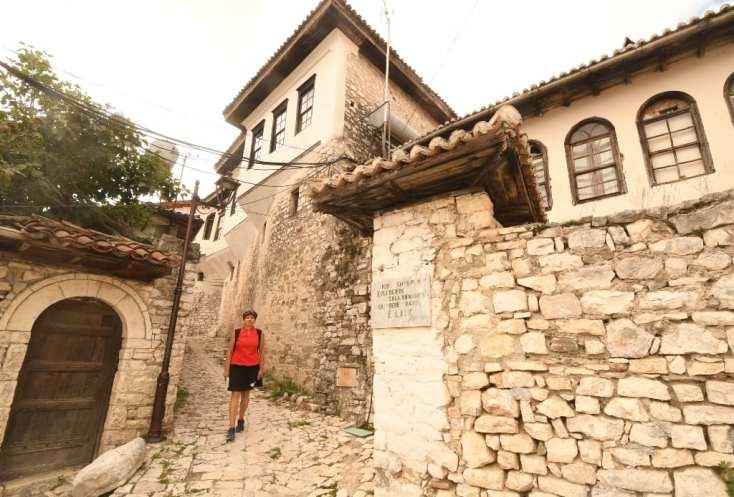 Frau läuft durch eine historische Altstadt