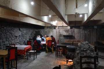 Restaurant mit Menschen an einem Tisch