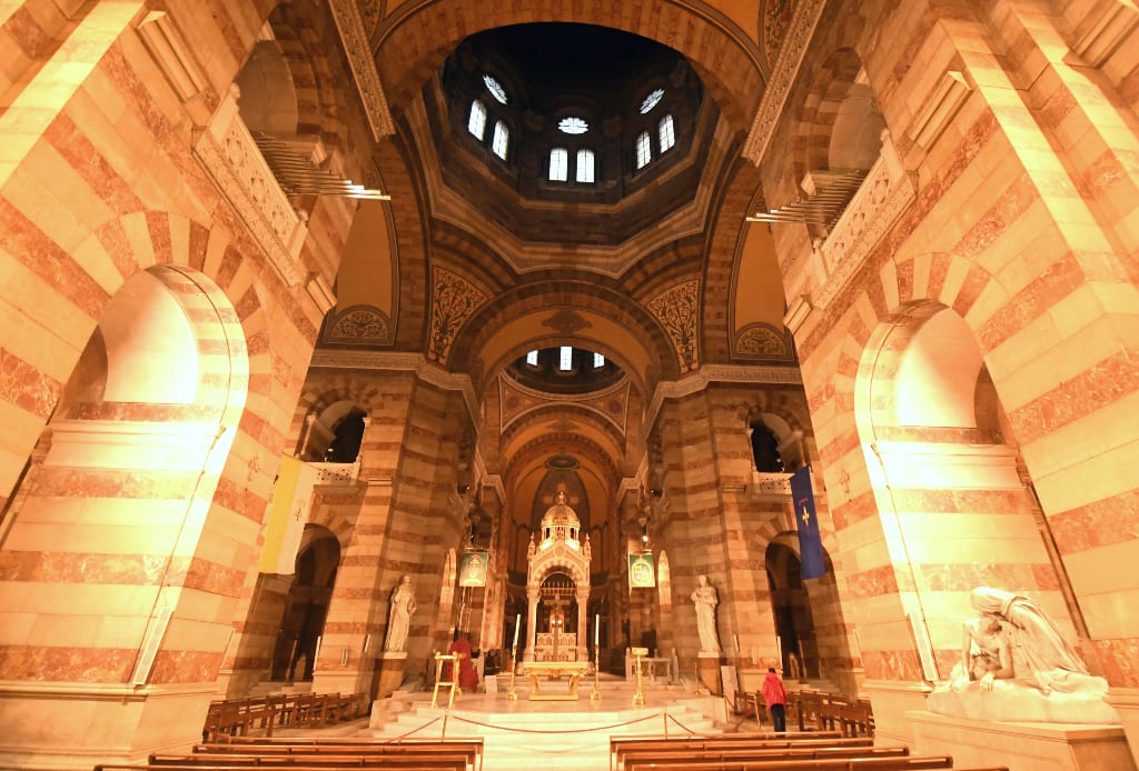 Kirche mit imposantem Gewölbe