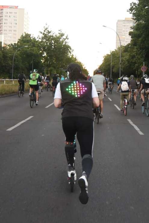 Rollerfahrer auf breiter Straße in einer Stadt