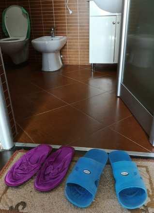 Badelatschen vor Hoteltoilette