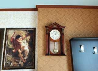 Wanddekoration mit Uhr