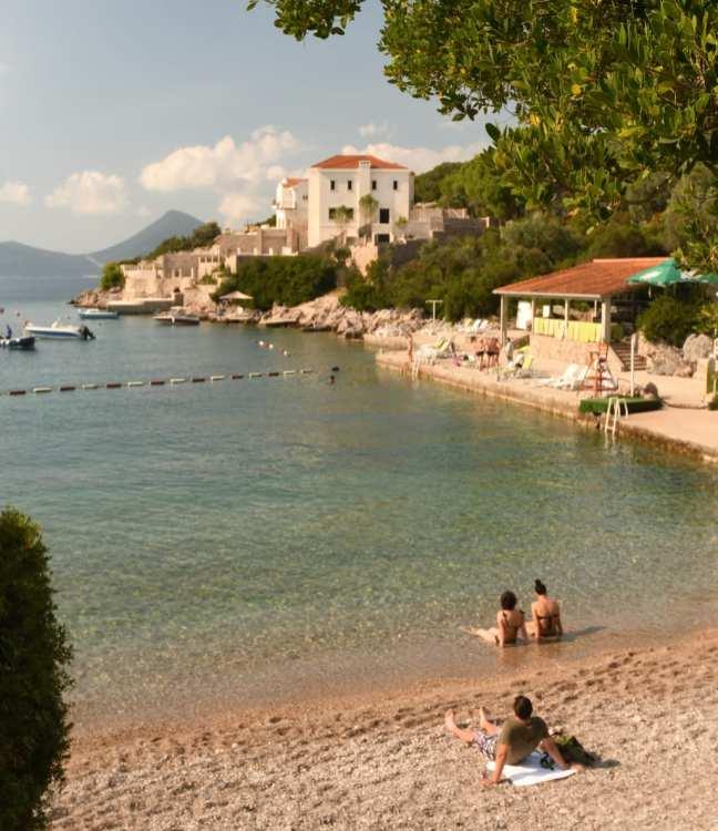 Kleiner Strand mit Siedlung