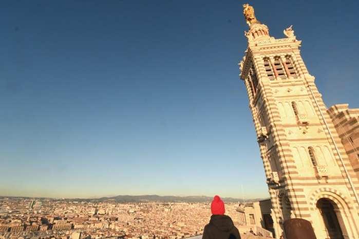 Kirchturm und Blick über eine Stadt