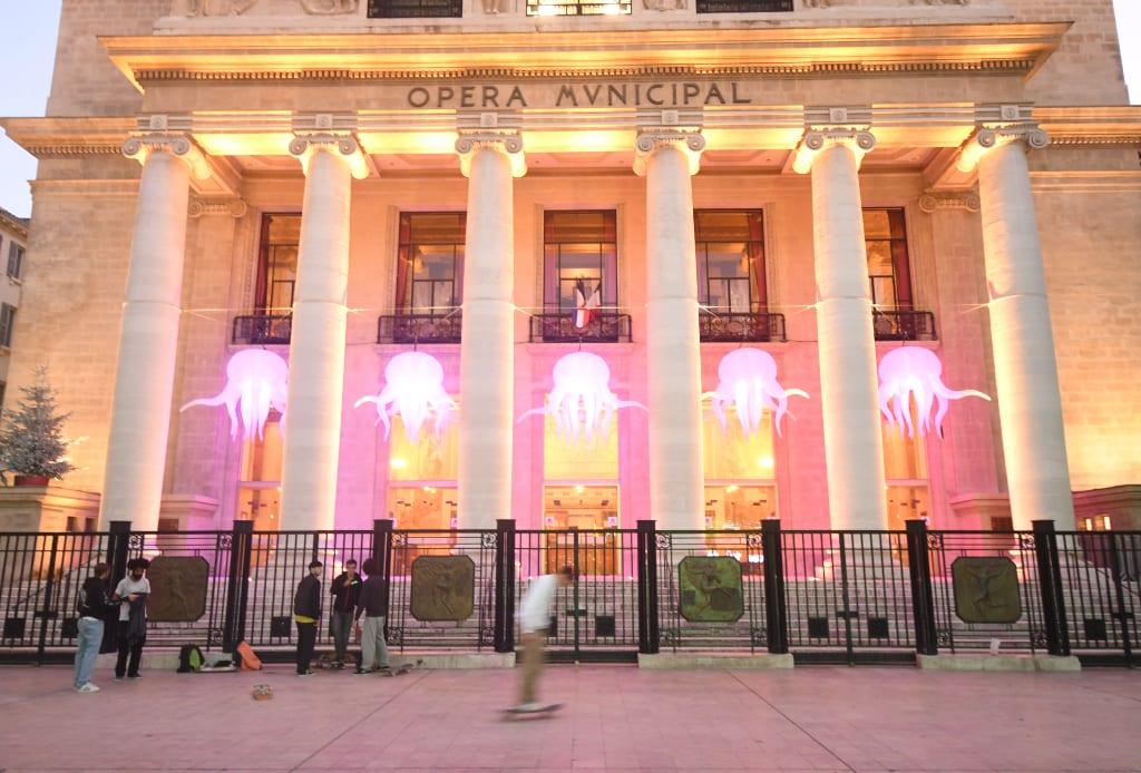 Skater vor beleuchtetem Opernhaus