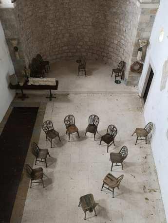 Stühle in einem leeren Kirchenraum