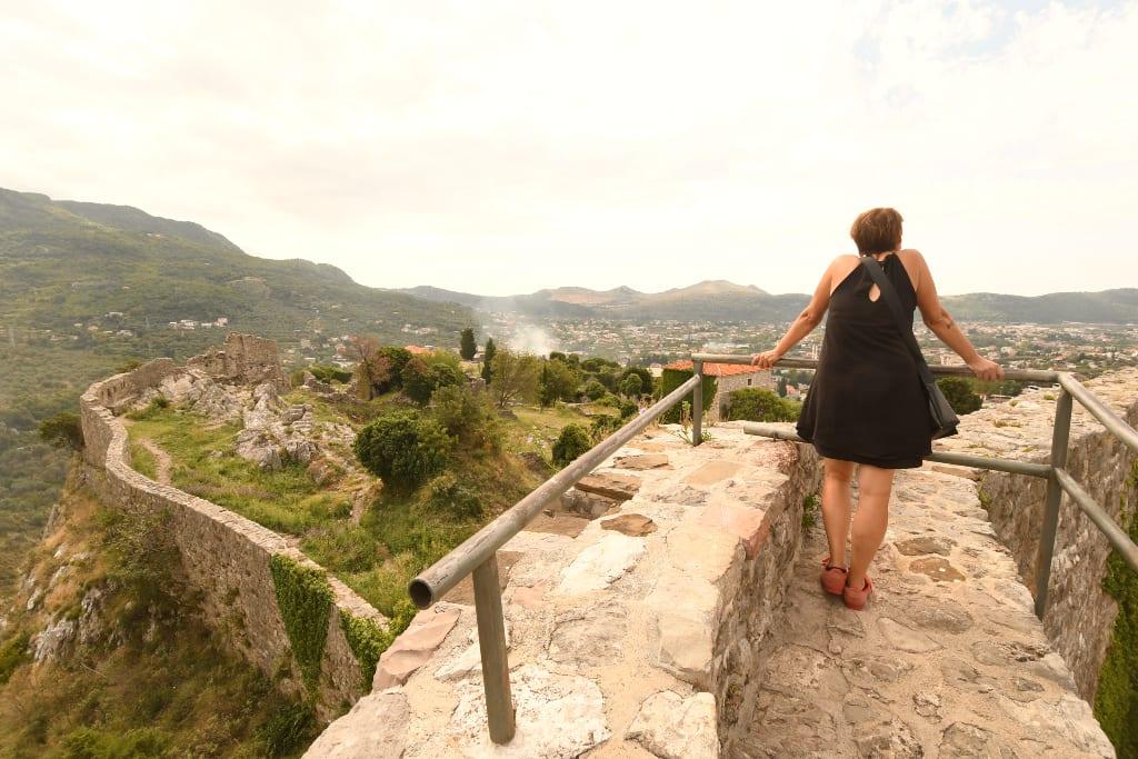 Frau steht auf einer Burg
