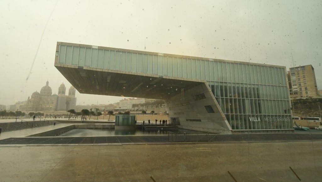 Moderne Architektur bei schlechtem Wetter