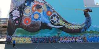 Bunter gemalter Elefant an einer Wand