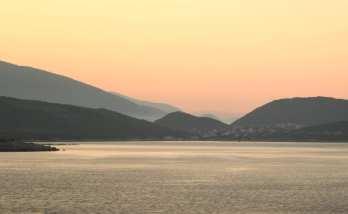Küstenlandschaft kurz nach Sonnenaufgang