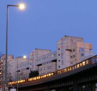 Wohnblocks mit einer Hochbahn davor